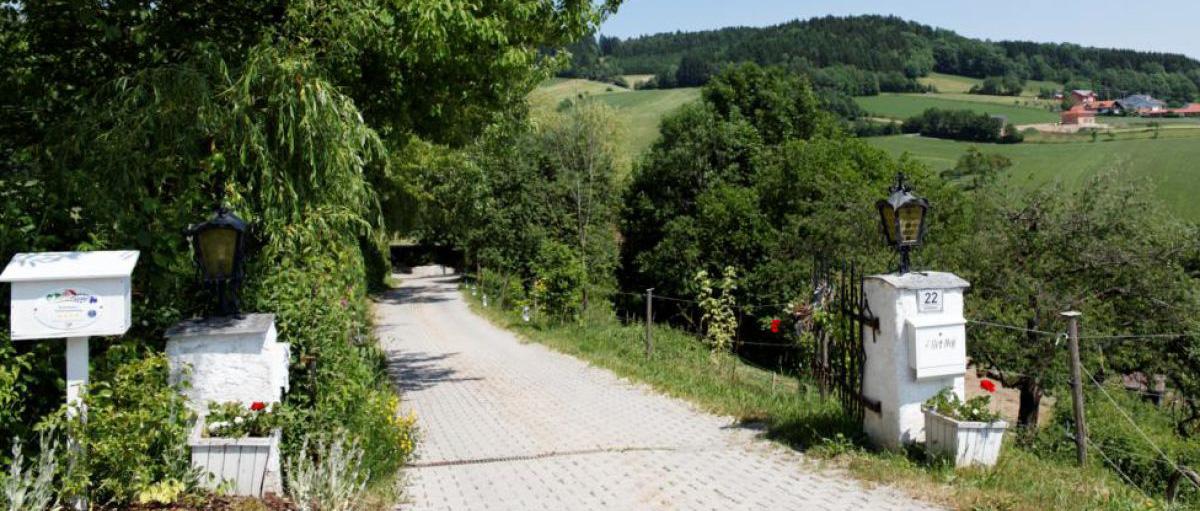 Einfahrt zum Alter Hof - Ferienhaus Bayerischer Wald, Urlaub Bayern
